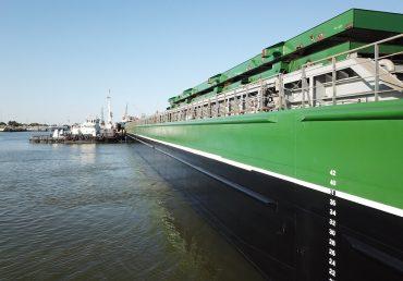 Самая большая зерновая баржа в Украине спущена на воду
